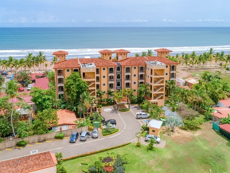Elegant condo in beachfront property with shared pool and ocean views!, aluguéis de temporada em Jaco