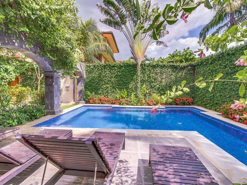 Elegant condo w/ ocean views, rooftop terrace & shared pool - walk to beach!, holiday rental in Playa Langosta