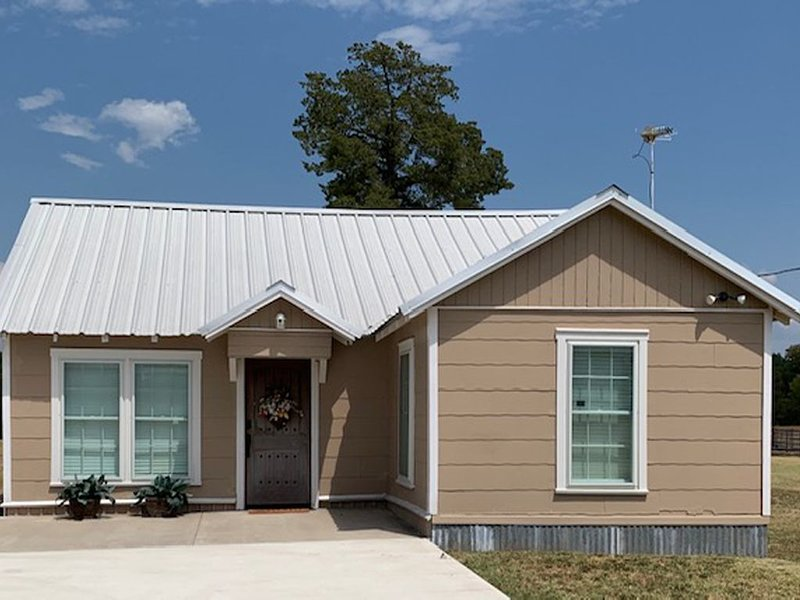 Southern Comforts -- Beautiful Country view... 20 minutes from Baylor/Magnolia, holiday rental in Riesel