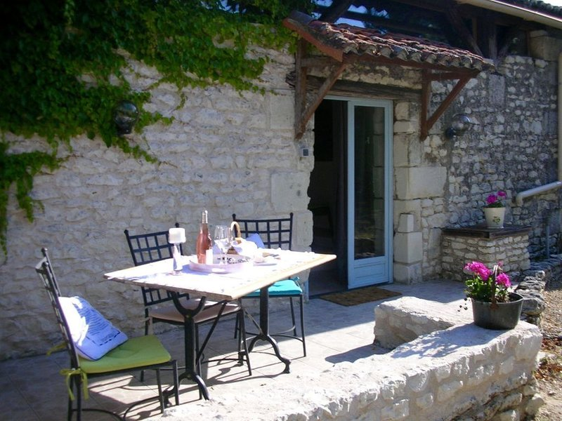 Unique Gite with original beams/timbers in lovely rural location, holiday rental in Jaulnay