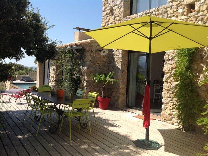 Magnifique Mas en pierre climatisé et sa piscine chauffée à débordement, holiday rental in Puymeras