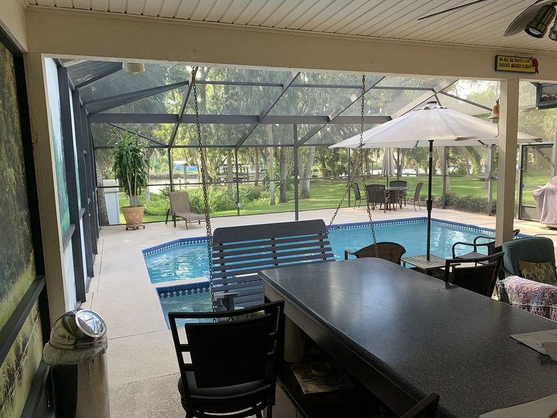 Tampa area home with solar-heated pool, hot tub, river and large dock., holiday rental in Gibsonton