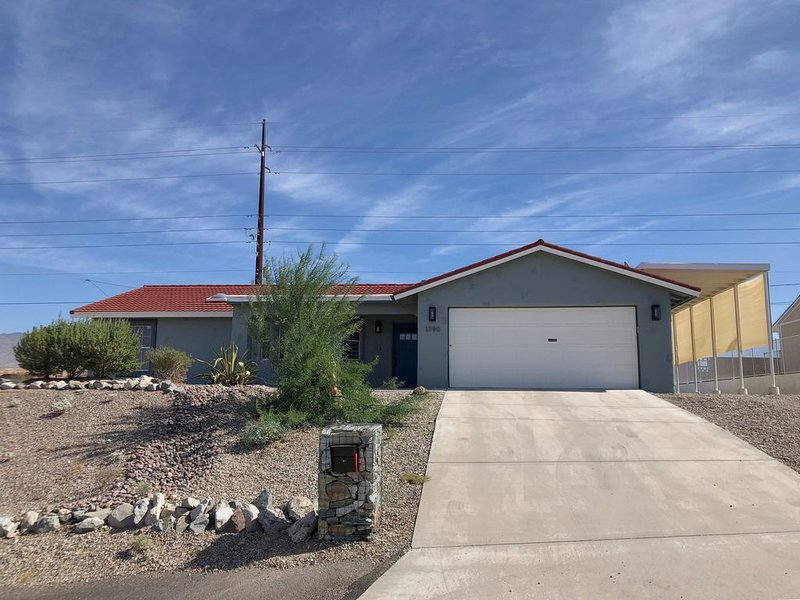 Immaculate Lake View Home ~1 mi from lake w/ Covered RV/Boat Parking and Hot Tub, casa vacanza a Lake Havasu City