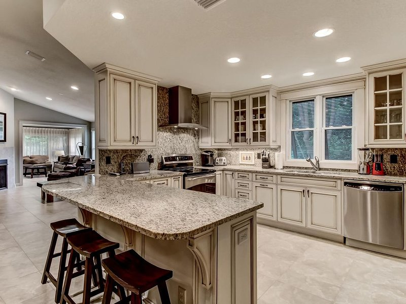 Beautifully Updated 3/2 Home at Summer Beach Steps from the Ocean, casa vacanza a Amelia Island