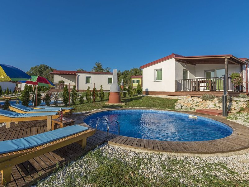 Holiday house with private pool for 6-8 persons in the holiday park Jelovci, holiday rental in Kringa