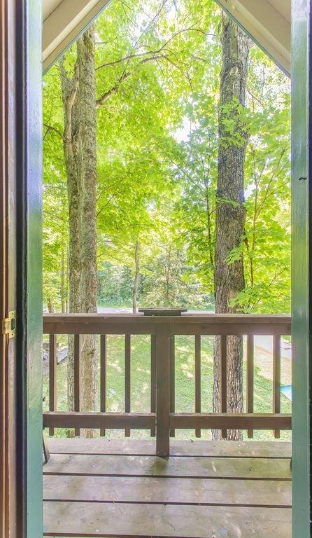 ¡La belleza abunda por esta puerta! - Cubierta en frente de la casa con muchos asientos durante los meses más cálidos.