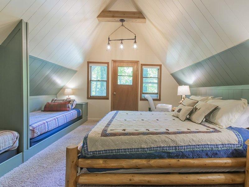 Segundo dormitorio en la planta superior: esta habitación tiene una cama queen y dos gemelos incorporados.