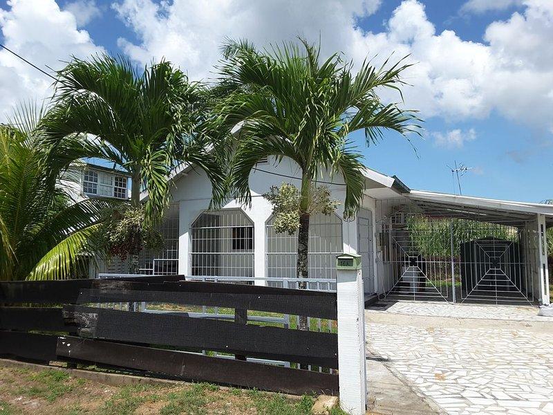 Heerlijk knus huis in een groene omgeving, location de vacances à Surinam