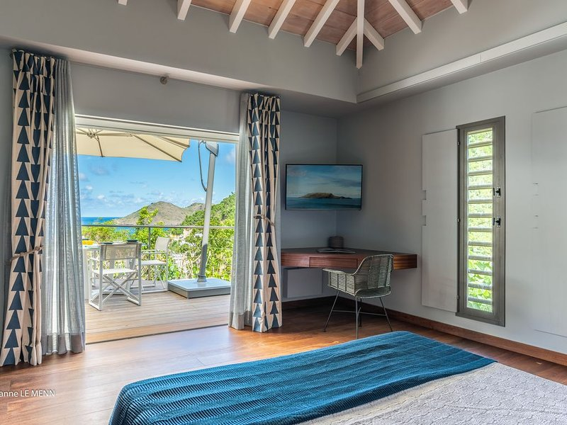 Fully remodeled Villa Located next to Cheval Blanc  ~  Walk to Flamand Beach, location de vacances à Anse des Flamands