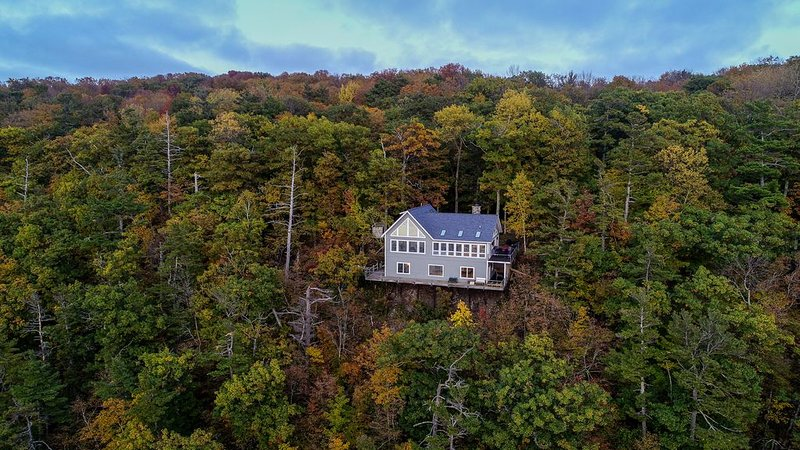 Spectacular Home offers Beautiful Views on a High Bluff w/ Private Lake!, location de vacances à Harbor Springs
