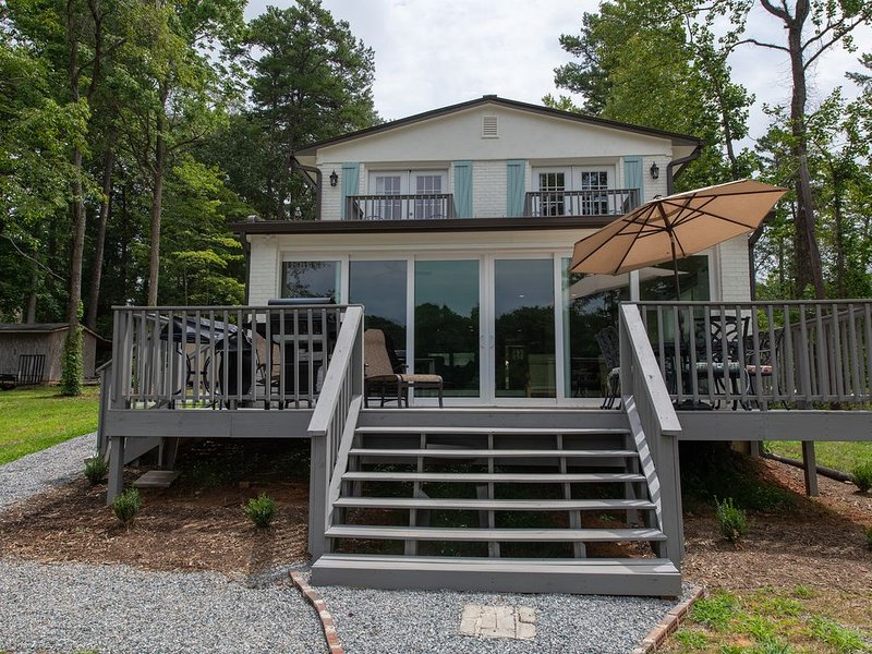 Incredible Mooresville House on Lake Norman - Completely Remodeled, alquiler de vacaciones en Mooresville