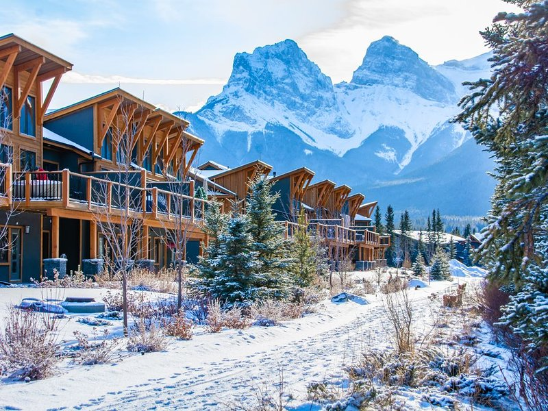 Brand new 3 bedroom luxury condo in the heart of Canmore !, aluguéis de temporada em Canmore