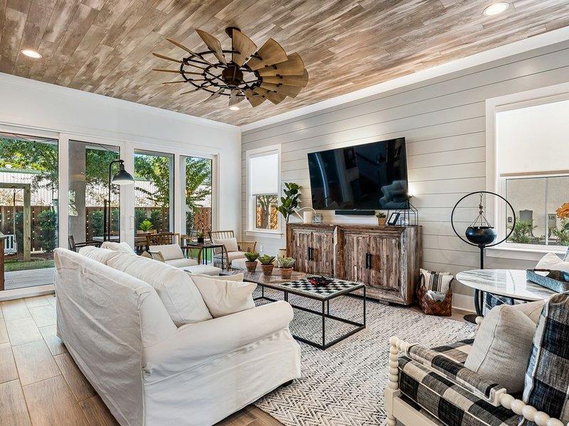 Magnolia Retreat Luxury Villa Sleeps 22 With 6 Person Golf Cart! Miramar Beach ~, vacation rental in Destin