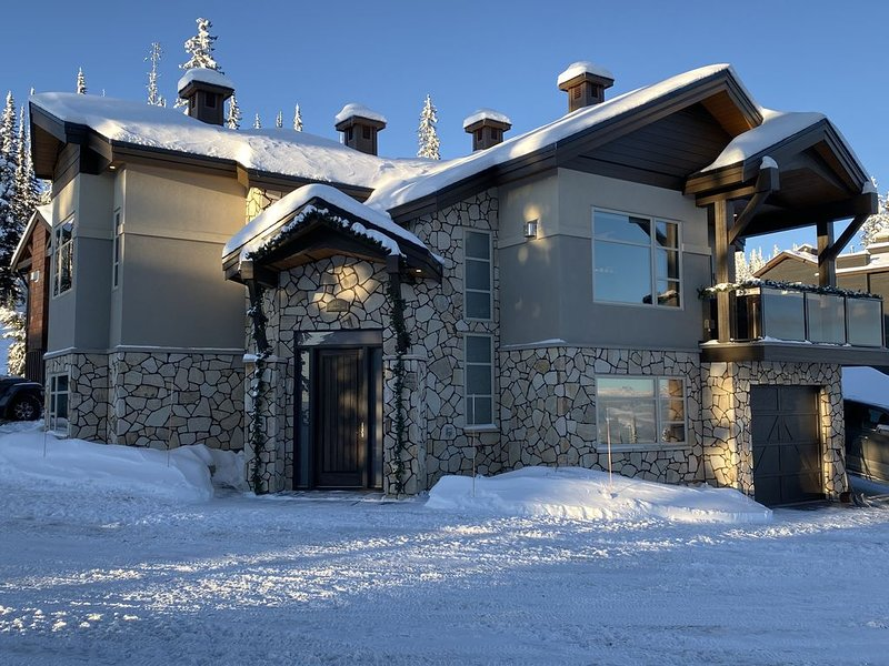 Luxury, brand new ski in ski out chalet at Feathertop Estates, vacation rental in Big White