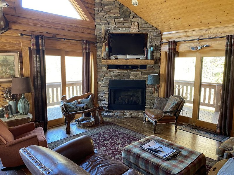 Tranquil Log Cabin with Waterfall near Hendersonville, Chimney Rock & Lake Lake, Ferienwohnung in Hendersonville