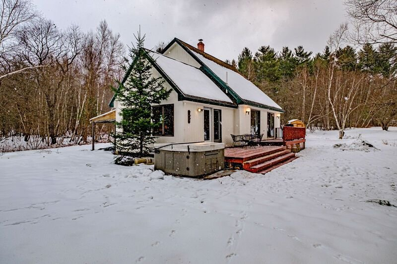 Secluded pet friendly house w/ hot tub and BBQ. 15 minute to Sunday River, vacation rental in Newry