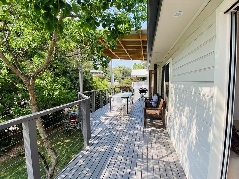 Bateau Bay Holiday House - 250m stroll to peaceful Bateau Bay Beach, holiday rental in Ourimbah