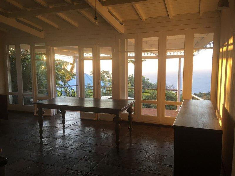 Villa sud africaine, magnifique vue mer, grande piscine dans un écrin de verdure, holiday rental in Le Brule