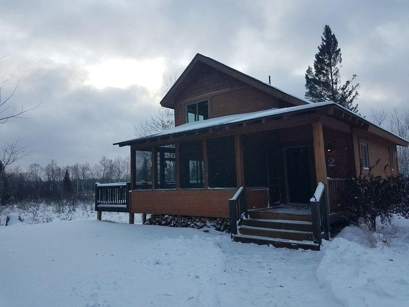 Beautiful,Trailside Retreat! Chalet style cabin at CAMBA / Birke trail head, alquiler de vacaciones en Hayward