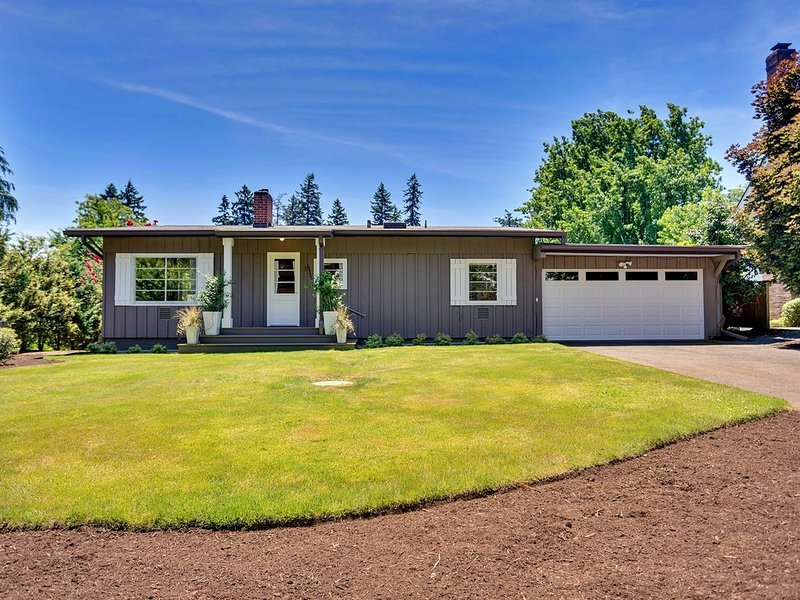 This Lake Oswego Cottage has stunning views of the Tualatin River!!, location de vacances à Molalla