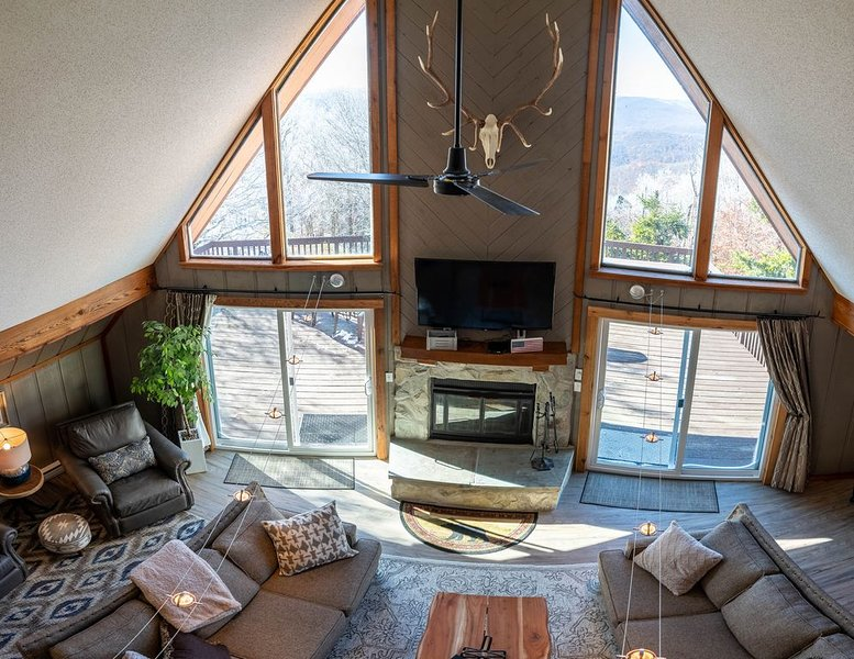6BR Mtn House, Spectacular Valley and Sunset Views, Rec Room, Hot Tub, Fire Pit, holiday rental in Slatyfork