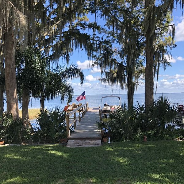 LAKESIDE BREEZE on Lake Eustis Harris Chain of Lakes Central Florida, vacation rental in Leesburg