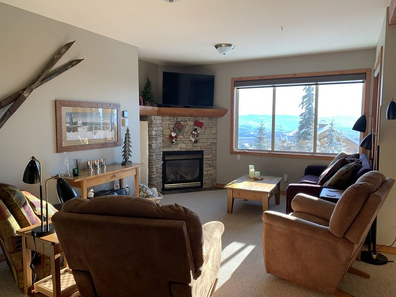 2 Bedroom Plus Den Condo With Private Hot Tub - Sleeps 6 To 8, holiday rental in Big White