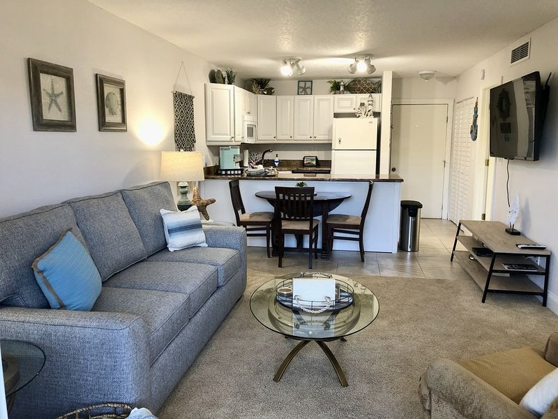 Ocean Village Condo, First Floor Great Location!, location de vacances à Fort Pierce