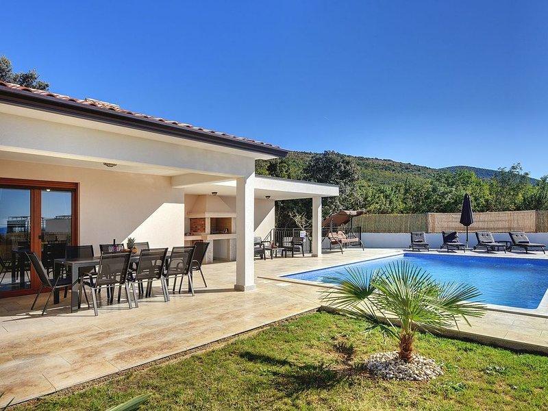 Neubau-Villa mit Meerblick, privatem Pool, klimatisierte Schlafzimmer, WLAN, Bil, holiday rental in Rasa