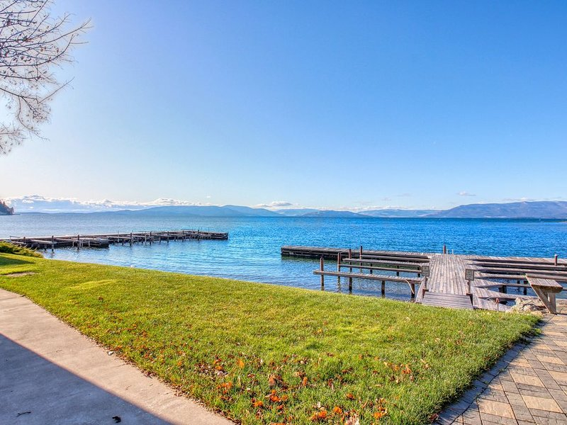 Inviting studio w/ lake & mountain views, access to shared dock, & boat slip!, casa vacanza a Rollins