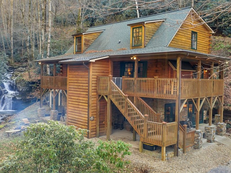 Luxury house on creek with waterfalls on 43 acres in mountains!, holiday rental in Balsam