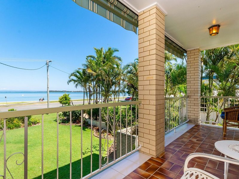 First Floor Unit with waterviews from your balcony!, holiday rental in Bongaree