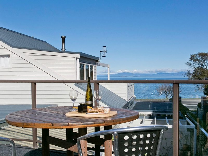 Lake Terrace Townhouse - Taupo Holiday Unit, holiday rental in Taupo