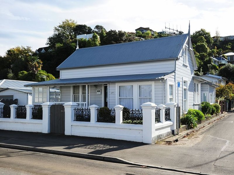 Puriri Downtown Villa - Napier Holiday Home, holiday rental in Napier