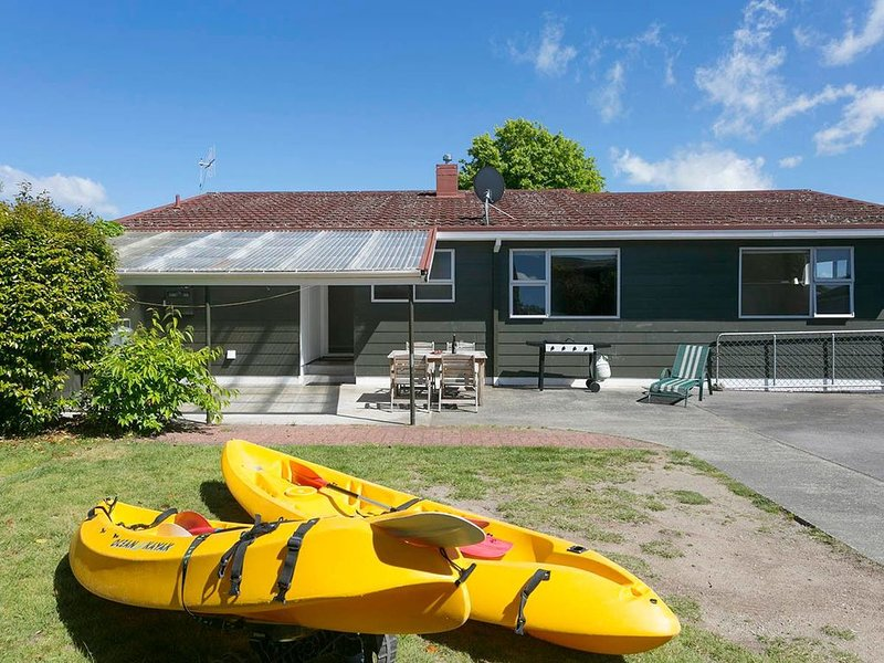 This Bach Has it All - Rainbow Point Holiday Home, holiday rental in Taupo