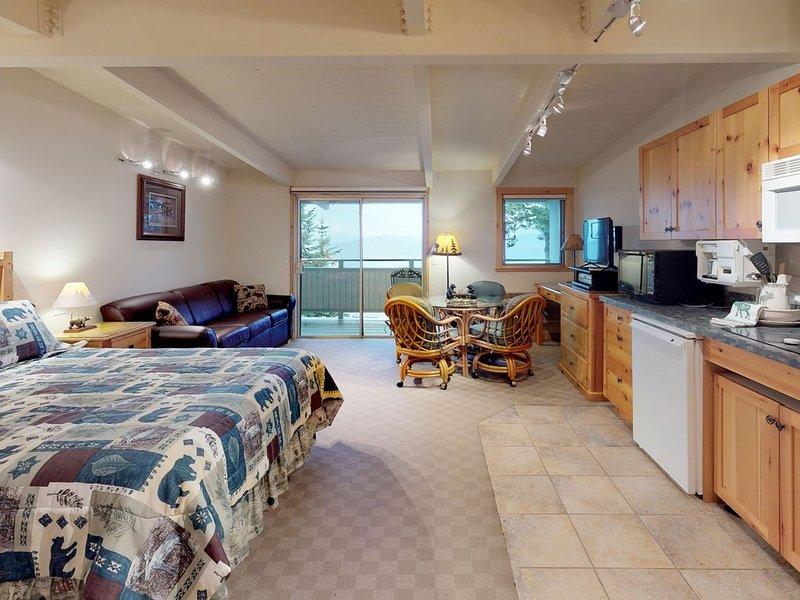 Lakefront studio w/ water views, private balcony, dock & boat slip access!, casa vacanza a Rollins