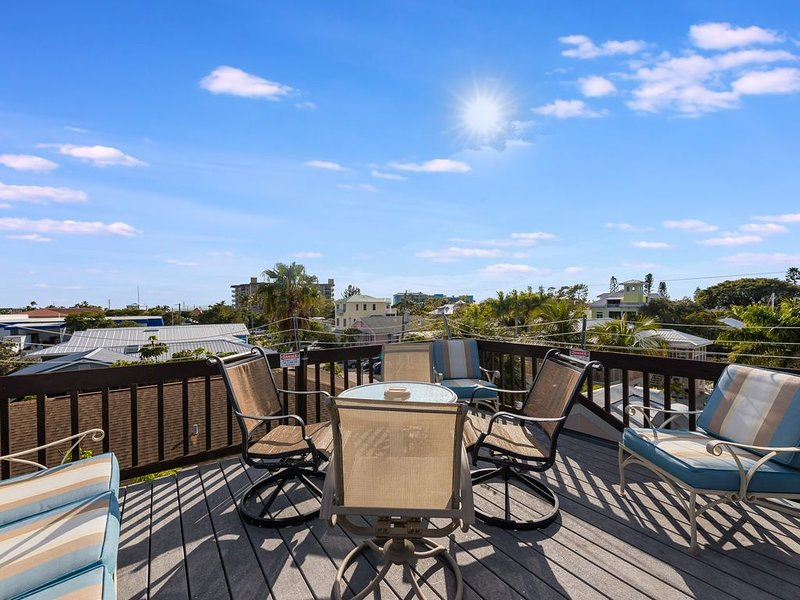 Rooftop Patio. WALK to everything. NEW POOL XLARGE SPA, holiday rental in Fort Myers Beach