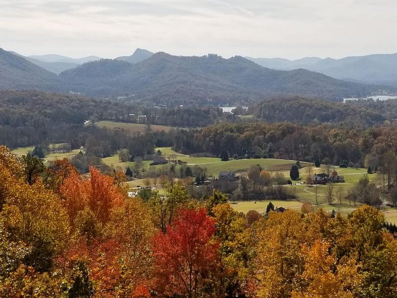 Breathtaking Lake Chatuge, Mountain & Golf Course views- 5 star stay., holiday rental in Hayesville