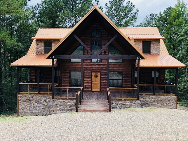 Treehouse View 'Sweet Summer Rain' - Luxury Cabin w/ Game Room + Hot Tub, holiday rental in Broken Bow
