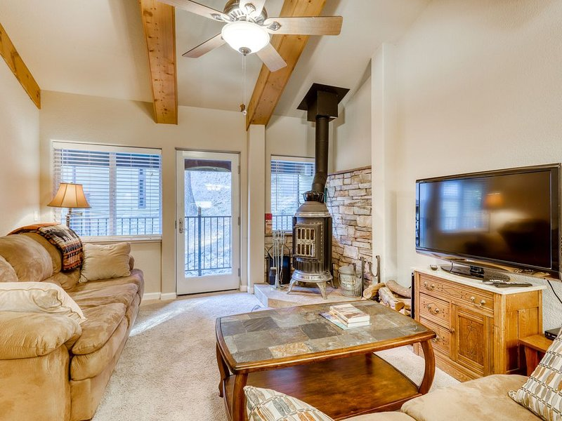 Cozy condo close to ski area with wood-burning stove and remodeled kitchen., casa vacanza a Olympic Valley