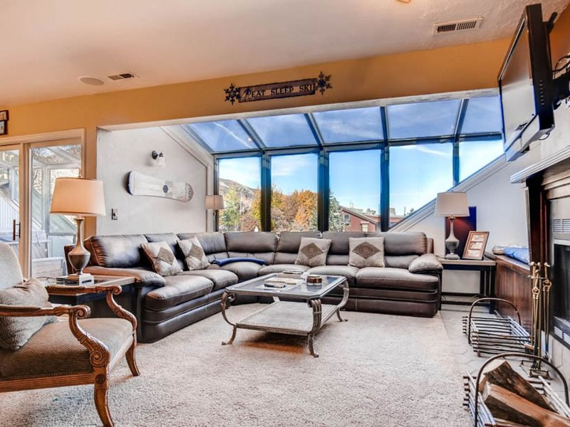 Downtown condo w/ private hot tub & sauna - 2 blocks to ski lifts!, vacation rental in Park City