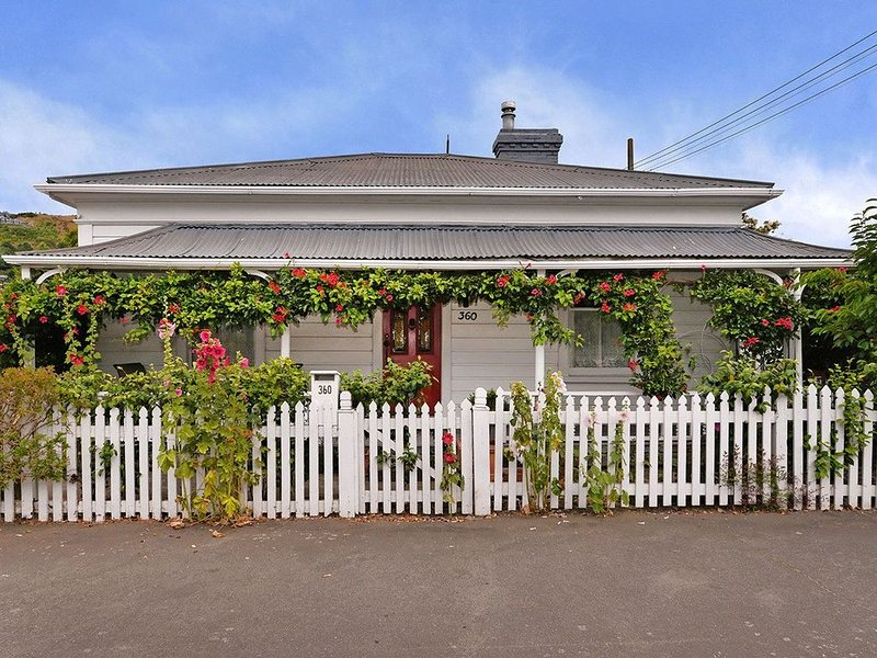 Red Door Retreat - Nelson Holiday Home, holiday rental in Nelson-Tasman Region