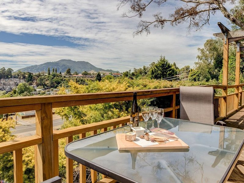 Treetop Hideaway - Taupo Holiday Home, holiday rental in Taupo