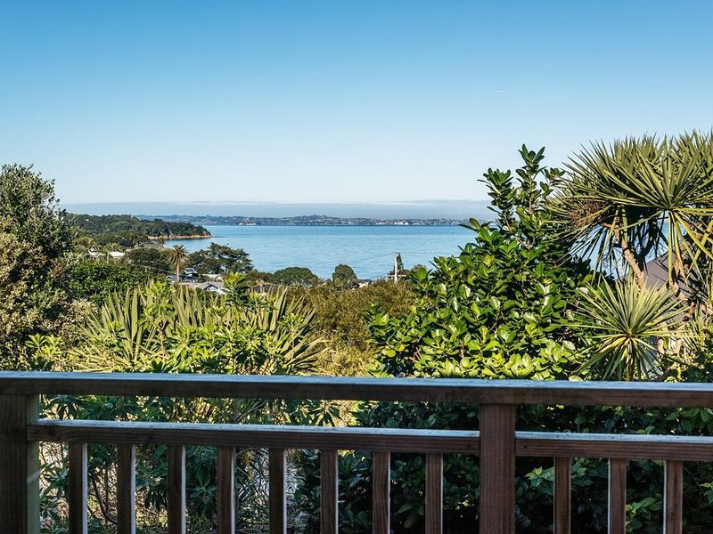 Hedgehog Heights - Waiheke Island Holiday Home, casa vacanza a Clevedon