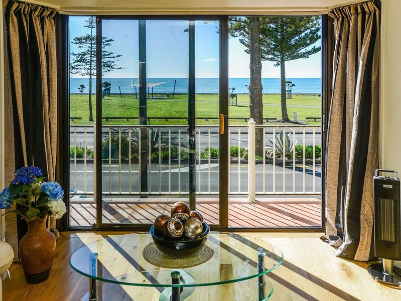 Marine Parade Magic - Napier Holiday Home, holiday rental in Napier