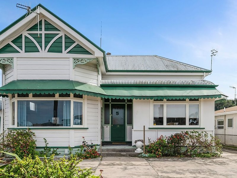 Leica Stay and Walnut Flat - Napier Holiday Home, holiday rental in Napier