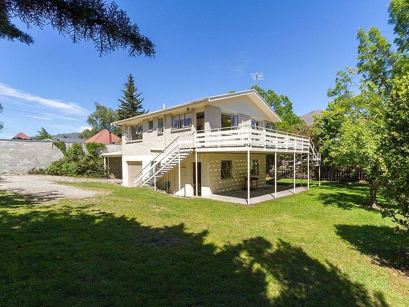 Beacon Point Beauty - Wanaka Holiday Home, vacation rental in Wanaka