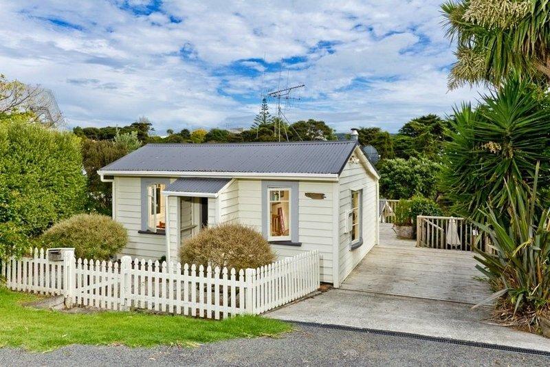 Kowhai Cottage & Studio - Raglan Holiday Home, casa vacanza a Raglan