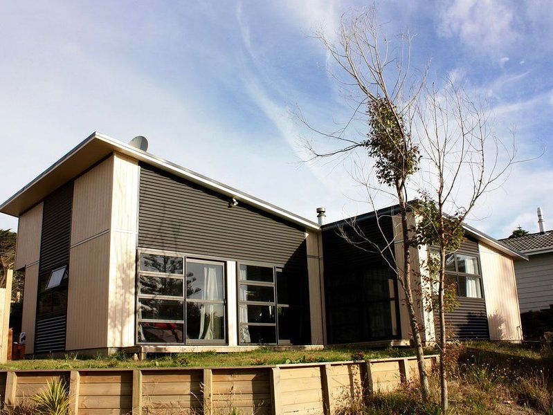 Ponderosa - Waitarere Beach Bach, holiday rental in Levin