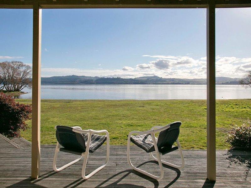 Lakeside Vistas Magic - Rainbow Point Holiday Home on the Waterfront, aluguéis de temporada em Taupo District